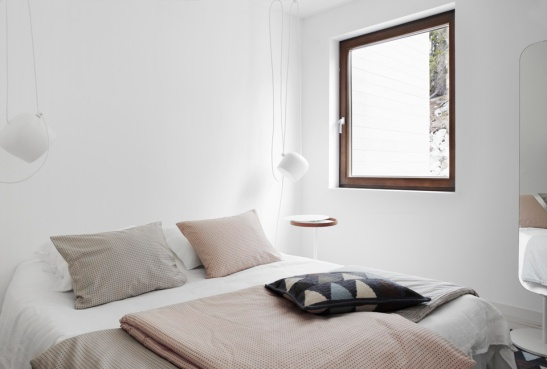 Aim taklampa (Flos) från Royal Design Sängkläder (Normann Copenhagen) från Royal Design Flag kudde och matta från Asplund