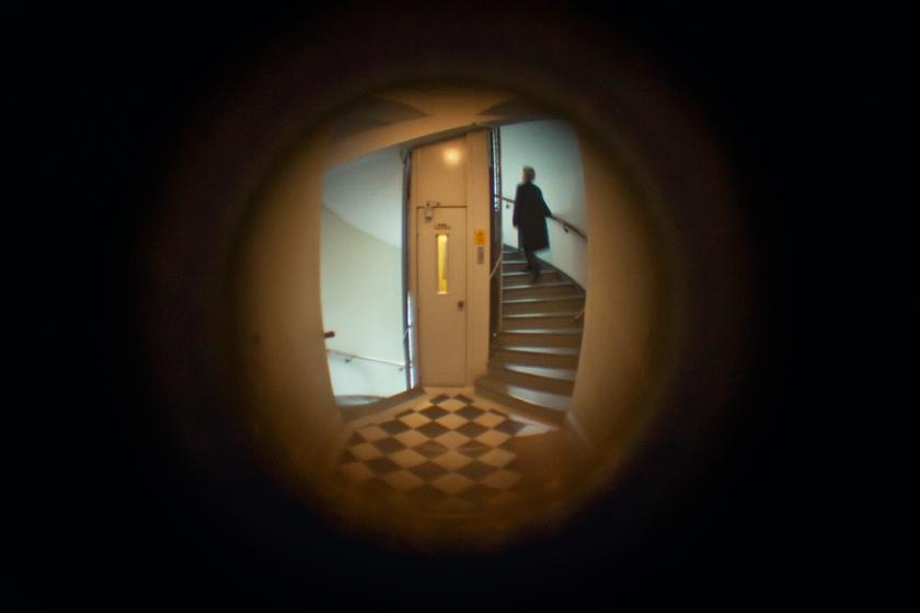 Sofie Sarenbrant Visning pågår - Fastighetsmäklare i titthålet