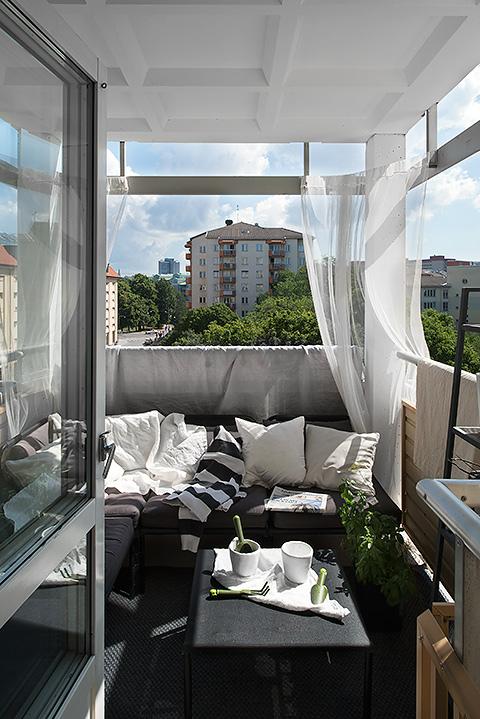 Balkong med skira gardiner