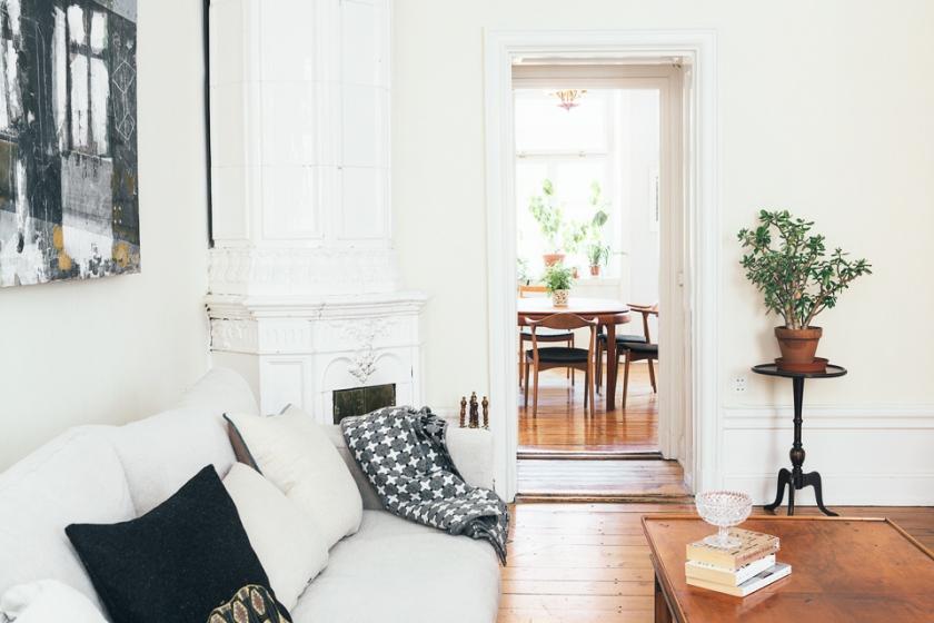 Vardagsrum soffa kakelugn