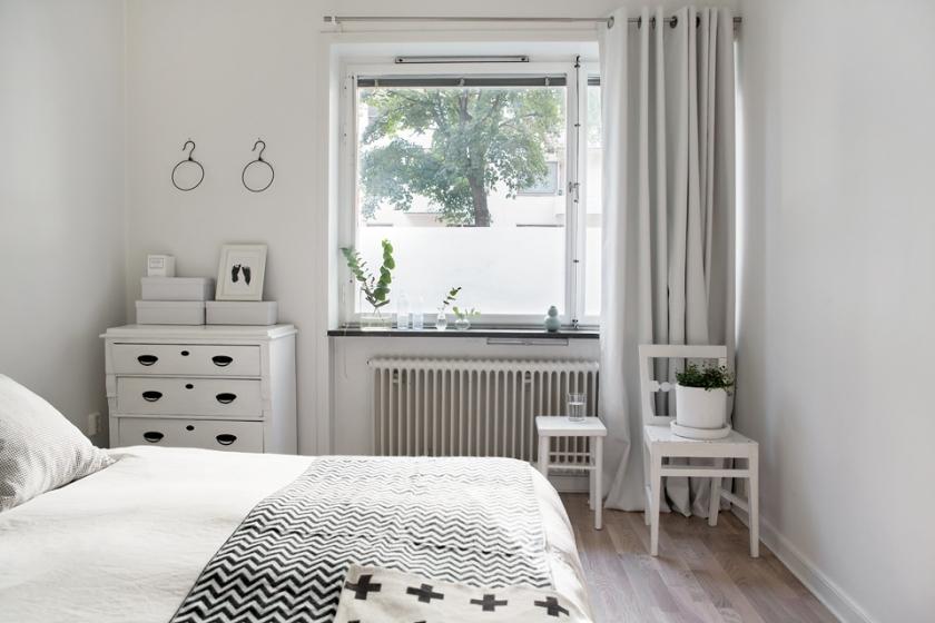 sovrum vitt säng byrå