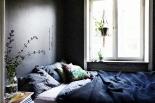 Sovrum säng grå fondvägg fönster Möregatan