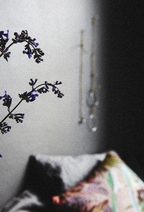 Blomma sovrum säng fondvägg Möregatan