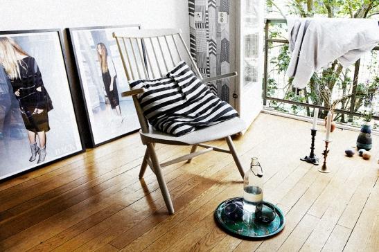 Stol kudde randigt konst trägolv fransk balkong Möregatan