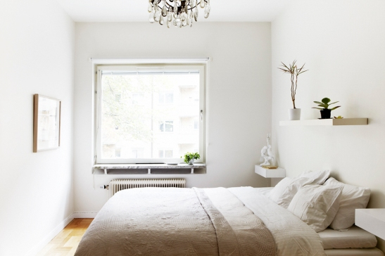 Vardagsrum vitt säng kristallkrona