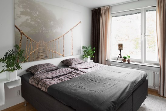 Sovrum säng fönster