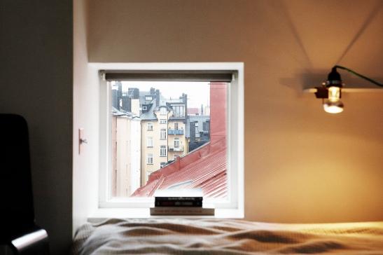 Fönster säng sovrum ljus