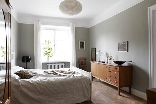 Sovrum grå väggfärg säng