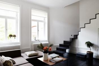 Vardagsrum trappa soffbord blomma