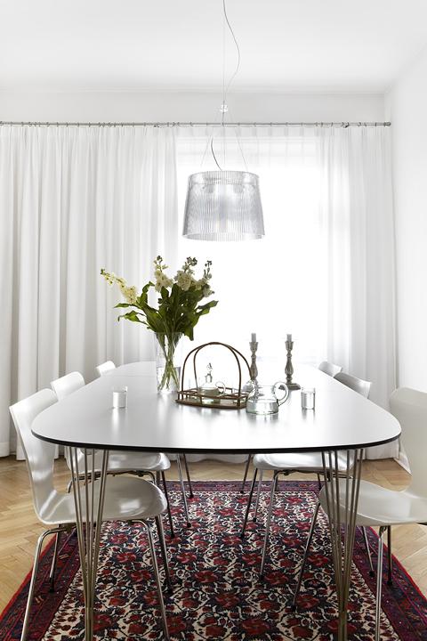 Vardagsrum matbord blommor