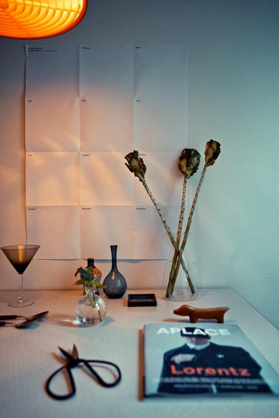 Matbord glas blommor tidning