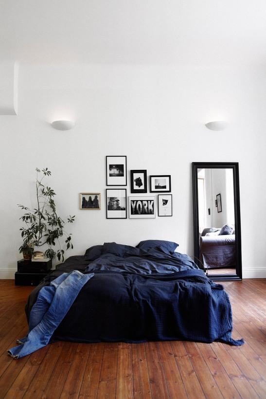 Sovrum säng konst ramar spegel