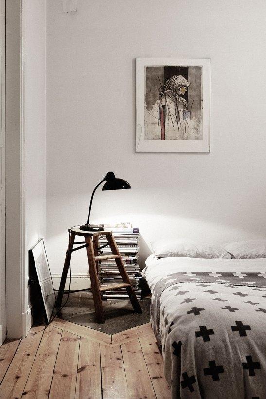 Sovrum konst pall säng lampa