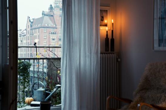 Köksbord röda stolar lampa fönster
