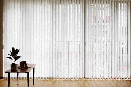 Fönster soffbord vardagsrum lameller