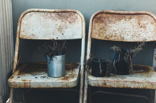 Balkongmöbler stolar blommor rost