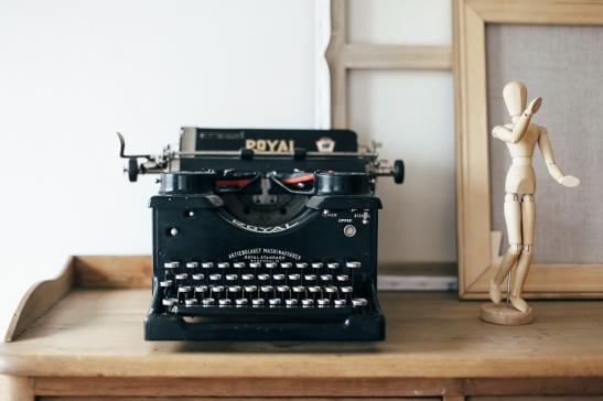Skrivmaskin träfigur skrivbord