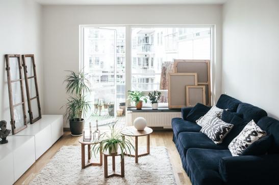 Soffa vardagsrum fönster balkongdörr