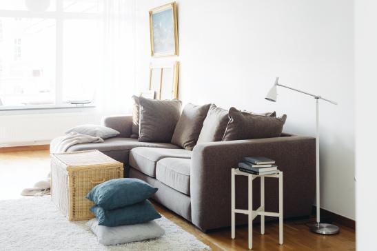 Soffa soffbord matta kuddar