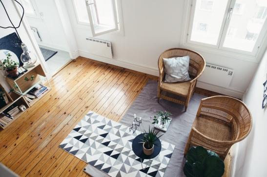Trägolv matta vardagsrum mönster