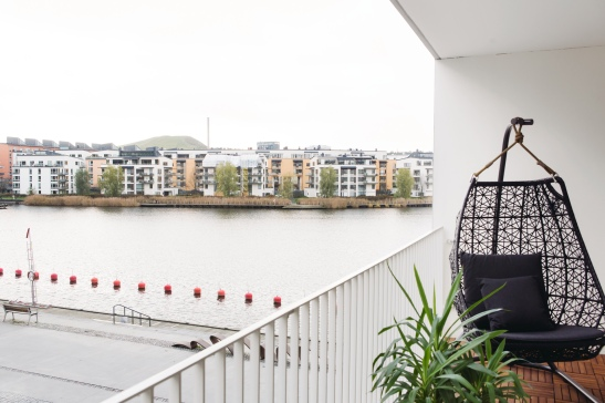 Balkong utsikt växt sjöstaden