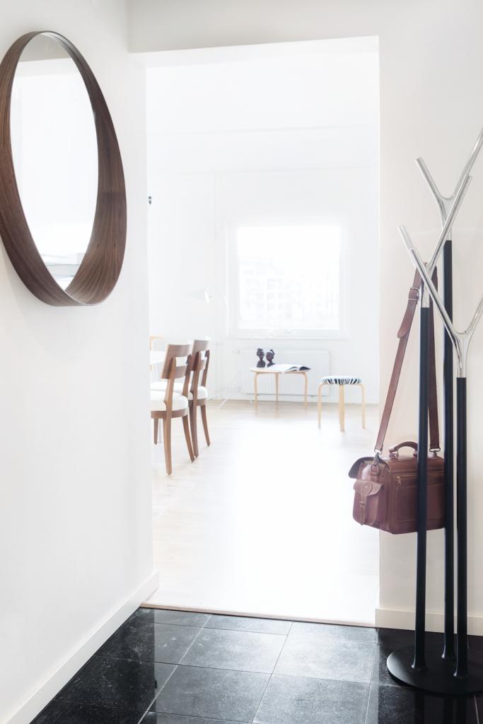 Spegel matbord stolar klädhängare hall fönster
