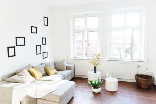 Vardagsrum ramar soffa soffbord fönster