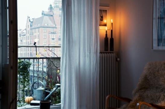 Utsikt balkongdörr balkong ljus gardin vasastan