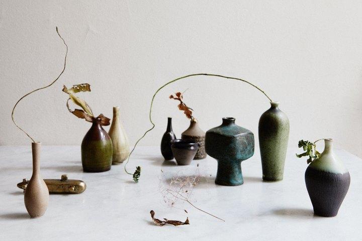 skrivbord vaser blommor