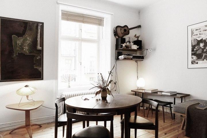 Matbord stolar gitarr fönster konst bohemian