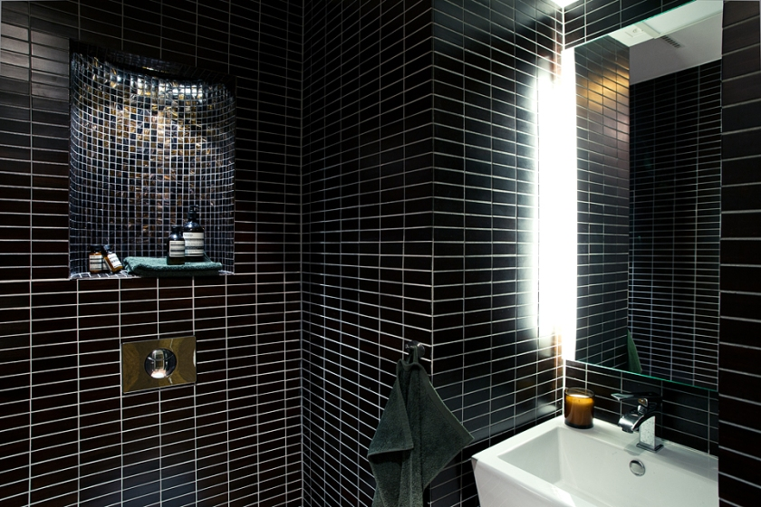 Badrum kakel svart husbåt dusch