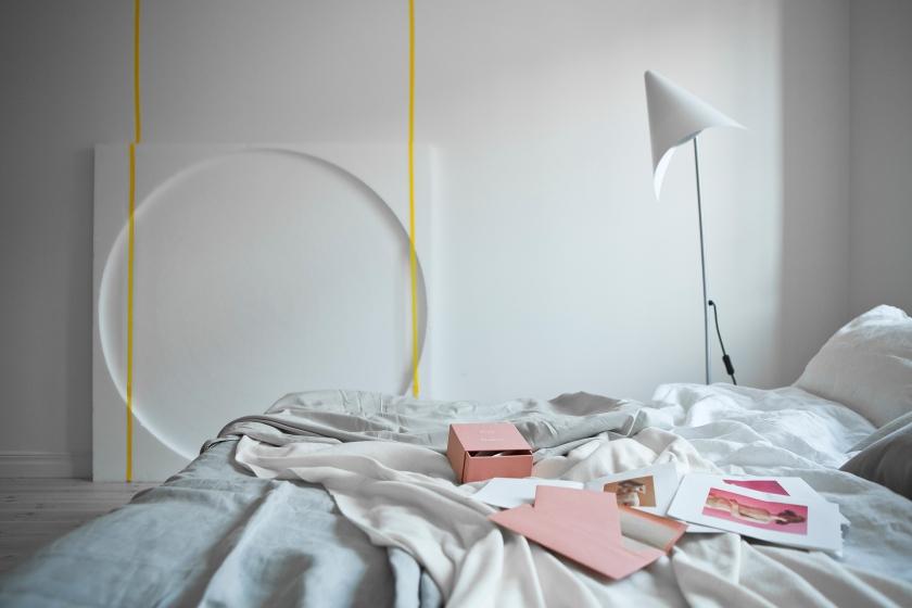 Säng lampa rosa lakan