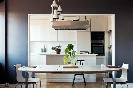 Kök grå vägg blommor köksbord