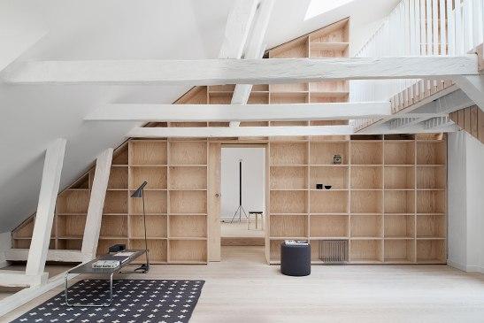 Gamla stan vindsvåning takbjälkar matta vardagsrum