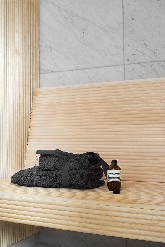 Träbänk badrum handduk