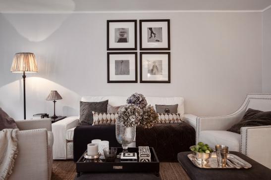 Vardagsrum soffa soffbord konst