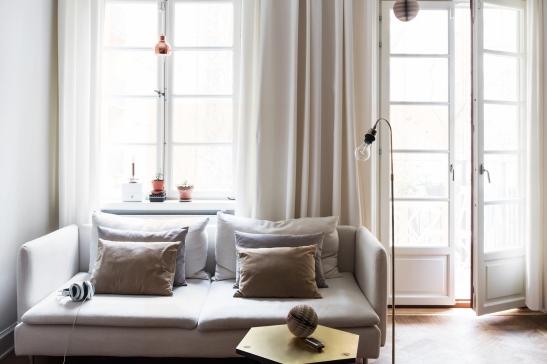 Soffa vardagsrum gardiner soffbord lampa