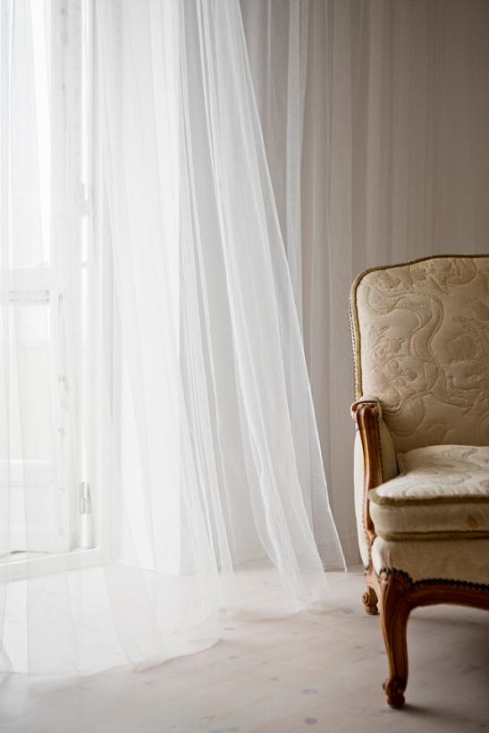 Balkong fönster gardin fåtölj