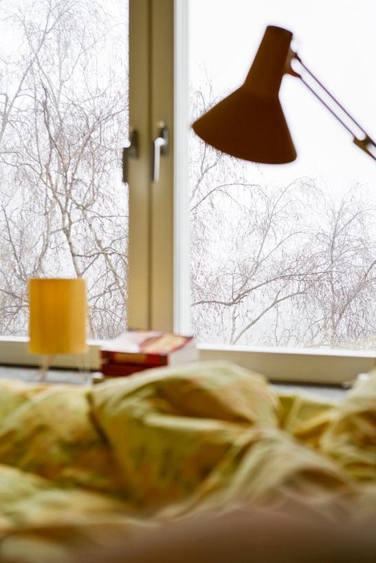 Fönster utsikt lampa säng sovrum