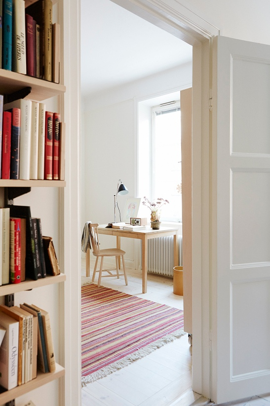 bokhylla trä sovrum skrivbord