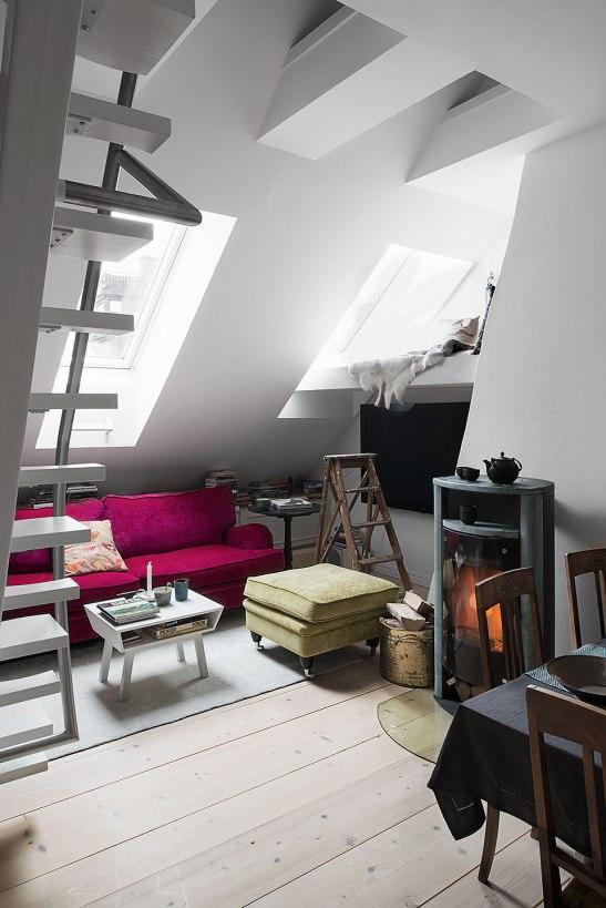 Vardagsrum öppen spis gamla stan takvåning