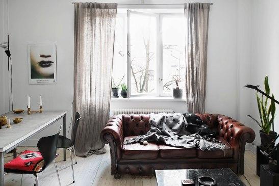Vardagsrum skinnsoffa fönster matbord Fritz hansen stol