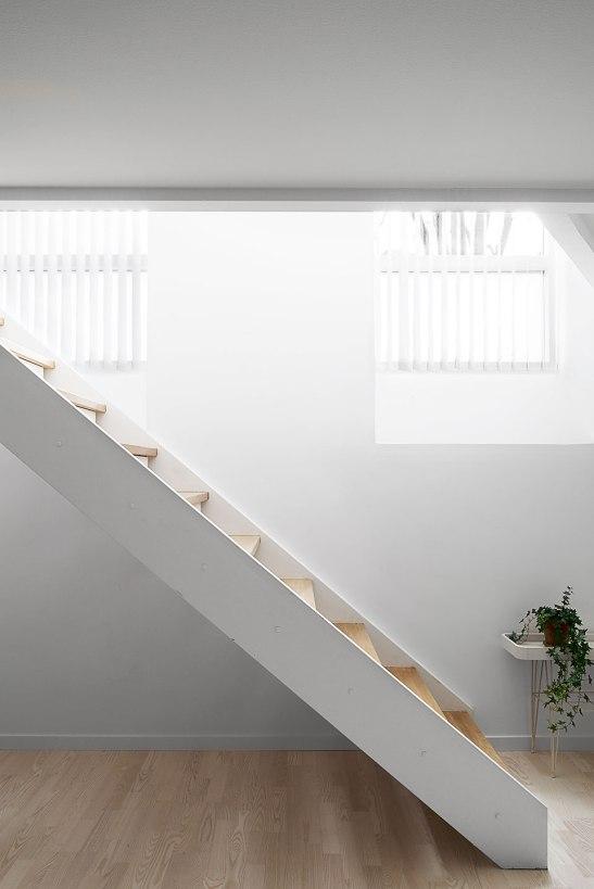 Trappa ljus fönster källare