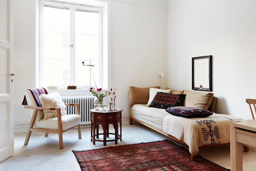 Vardagsrum soffa matta soffbord fönster