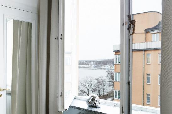 Fönster dödskalle gardin utsikt norr mälarstrand