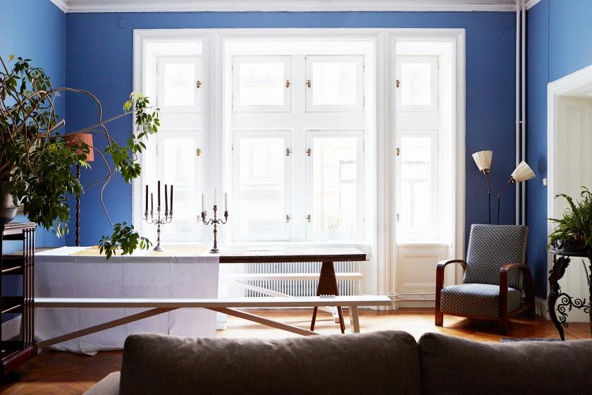 Matbord fönster blått kandelaber bänk