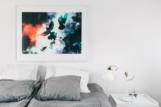 Konst säng lampa grå