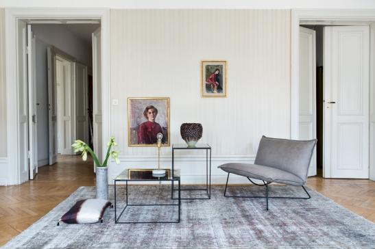 Dis vardagsrum matta fåtölj soffbord konst