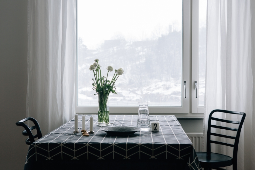 Fönster matbord utsikt Hammarby Sjöstad duk