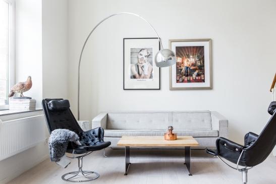 Vardagsrum soffa lampa konst soffbord